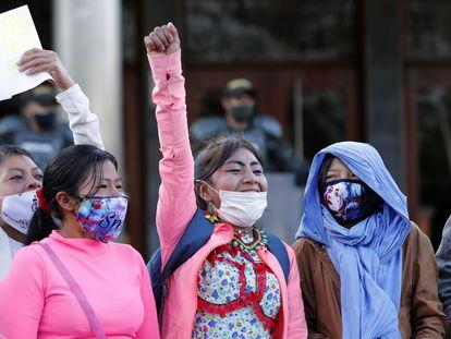Manifestantes protestan contra los abusos del Ejército colombiano afuera de una instalación militar en Bogotá.
