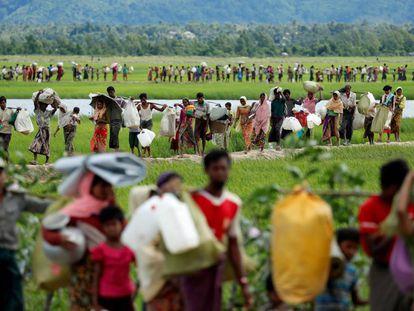 Refugiados rohingyas cruzan la frontera entre Myanmar y Bangladés el pasado octubre.