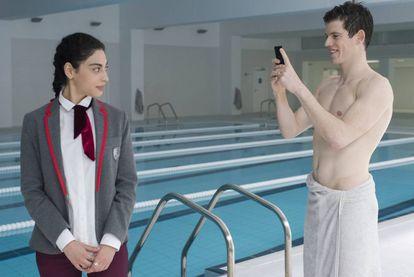 Mina El-Hammani y Miguel Bernadeu en la piscina climatizada, que es otra protagonista en la serie.