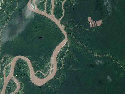 Calvas provocadas por la deforestación en la selva amazónica peruana, junto al río Amazonas.