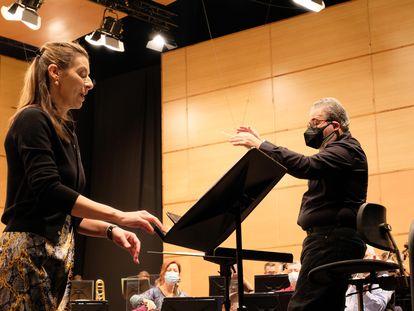 La soprano Chen Reiss y el director Carlo Ricci durante un ensayo en una imagen cedida por la Sinfónica.