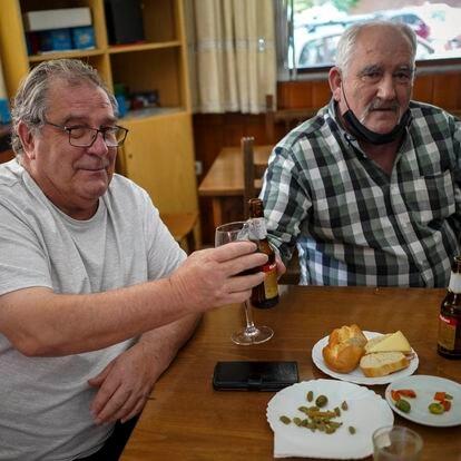 Fuenlabrada (MADRID). 06-05-2021. Juan Flores, de 68 años (izquierda), brinda con su cuñado, Jesús García, de 66, en el bar JF 83 de Fuenlabrada. En esta zona el PP ha pasado de ser la cuarta fuerza a ser la primera tras los comicios del 4 de mayo. FOTO: LUIS DE VEGA