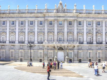 Turistas y viandantes ante el Palacio Real en una imagen de archivo.