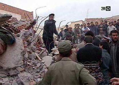 Imagen tomada del canal marroquí 2M de las labores de rescate en un edificio derrumbado en Alhucemas.