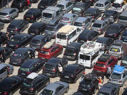 Decenas de vehículos esperan durante la pasada Operación Paso del Estrecho en el puerto de Algeciras para embarcar rumbo a Marruecos.