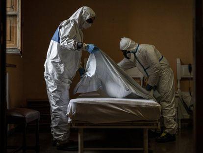 MSF acompaña a voluntarios de los bomberos en la desinfección de la Residencia Nuestra Señora de las Mercedes de El Royo (Soria).