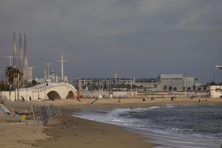 La playa de la Mar Bella, en Barcelona, este lunes por la mañana.