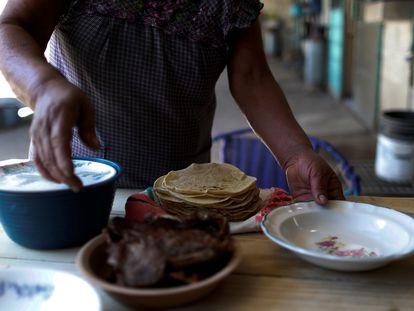 Una mujer sirve tortillas de maíz, en una casa en Tepeteopan, estado de Puebla.
