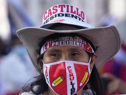 Una mujer participa de una marcha a favor de Pedro Castillo, el pasado 6 de julio, un mes después de las elecciones presidenciales en Perú.