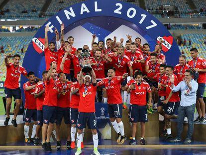 El plantel de Independiente levanta la Copa Sudamericana 2017.