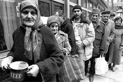 Ciudadanos de Sarajevo reciben alimentos de la Cruz Roja en 1994.