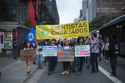 Estudiantes durante la manifestación contra las políticas de Bolsonaro en São Paulo.