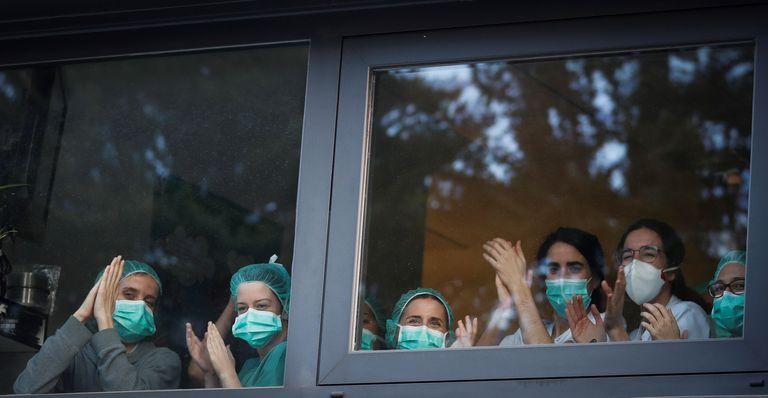 Sanitarios del Hospital Donostia, en San Sebastián, agradecen el apoyo de la gente, este viernes.