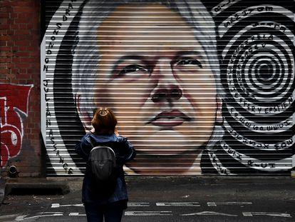 Una mujer observa un mural con el rostro del periodista Julian Assange en las calles de Melbourne.