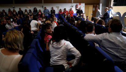 Reunión de padres del centro de Casarrubuelos tras difundirse el caso.