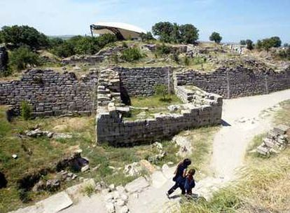 Dos visitantes transitan entre las ruinas de la muralla de Troya.