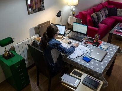Una trabajadora lleva a cabo su tarea desde su domicilio.