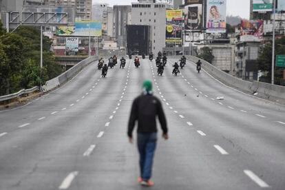 Un manifestante mira a la policía durante la manifestación de la oposición venezolana este martes en Caracas.