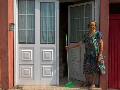 Antonia María Martín, vecina del barrio de la Marina Baja del municipio de Tazacorte, sale a la puerta de su casa para barrer la ceniza.