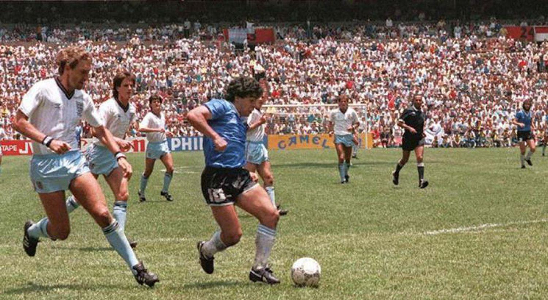 Maradona, antes de meter el segundo gol contra Inglaterra en el mundial de México 86.