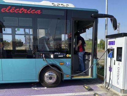 Uno de los momentos de recarga del autobús que este lunes ha recorrido la distancia entre Barcelona y Madrid.