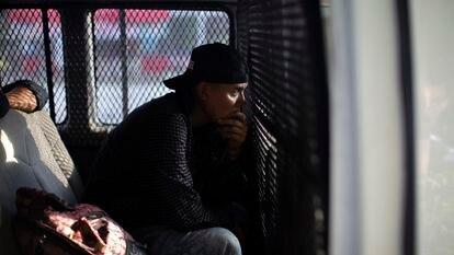 Un joven migrante es detenido en el retén instalado por el Instituto Nacional de Migración y la Guardia Nacional en el acceso principal a la ciudad de Palenque Chiapas (México), en 2019.