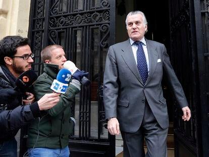 El extesorero del Partido Popular, Luis Bárcenas, en el portal de su vivienda en 2013. / SAMUEL SÁNCHEZ
