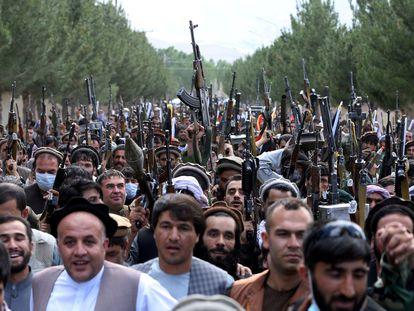 Cientos de hombres armados mostraban su apoyo a las fuerzas de seguridad afganas este pasado junio a las afueras de Kabul.