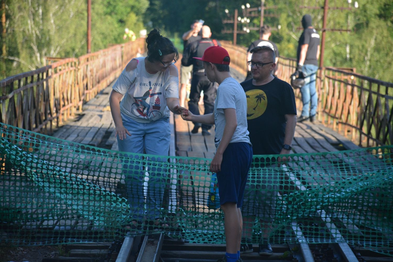 Un grupo de personas visita el puente hace unos diez días.
