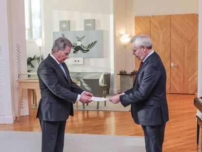El primer ministro de Finlandia, Antti Rinne, (derecha) entrega su carta de dimisión al presidente Sauli Niinisto, este martes en Helsinki.