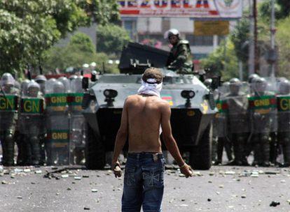 Un manifestante se enfrenta con piedras a la Guardia Nacional de Venezuela en Cúcuta.