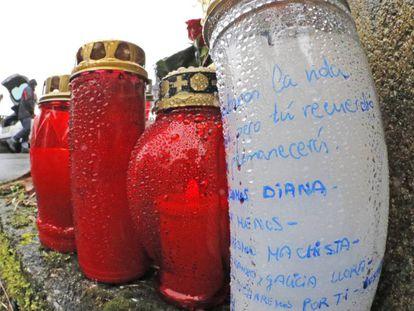 Velas depositadas por los vecinos ante la nave donde se encontró el cadáver de Diana Quer.