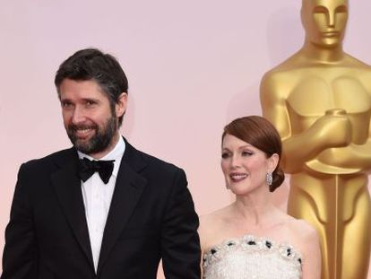 Julianne Moore y su marido, Bart Freundlich en la alfombra roja.