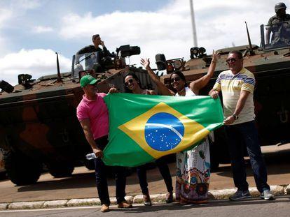 Seguidores de Bolsonaro, frente a una tanqueta.