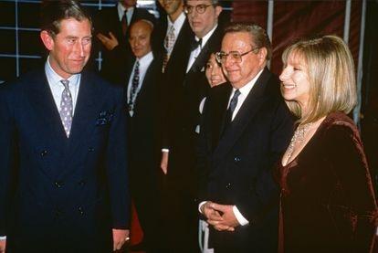 El príncipe Carlos de Inglaterra y Barbra Streisand en abril de 1994 en Londres.