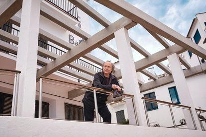 El cantautor, asomado a un balcón de lo que fue el antiguo hotel Batlle, en Calella de Palafrugell, donde se alojaba