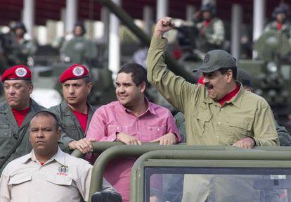Nicolas Maduro Guerra, en el centro, junto a su padre.