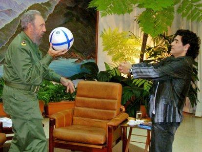 Diego Armando Maradona, antes de una entrevista que hizo en 2005 en La Habana al entonces presidente cubano, Fidel Castro.