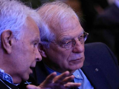 El ministro Borrell escucha al expresidente Felipe González en el Foro Iberoamérica que se celebra en Madrid.