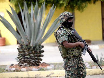 Un agente de la marina, durante el operativo de búsqueda de El Chapo.