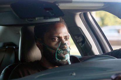 John David Washington con un respirador en una escena de 'Tenet'.