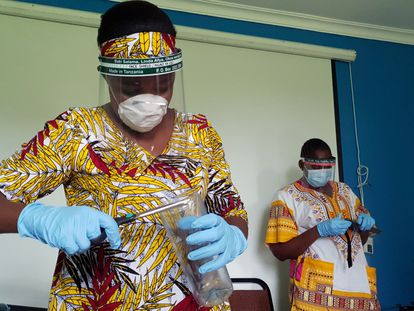 Los trabajadores preparan protectores faciales con plásticos reciclados en el taller de recicladores de Zaidi como medida para detener la propagación de la covid-19 en Dar es Salaam, Tanzania, el 21 de mayo de 2020.