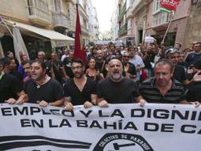 """Más de un millar de personas, convocadas por el colectivo """"Parados del metal"""" de Cádiz, han recorrido hoy las calles de la capital gaditana en una marcha con la que han reclamado a los políticos que actúen para parar el declive laboral de la provincia con más paro de España."""
