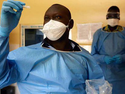 Dos técnicos analizan pruebas de la Covid-19 en Sudán del Sur.