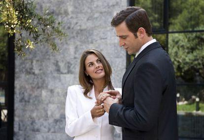 Amaia Salamanca y Fernando Gil en la serie 'Felipe y Letizia'.