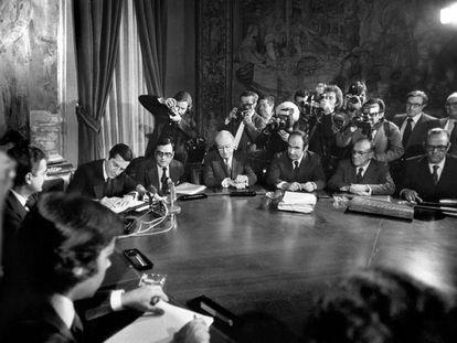 Firma de los Pactos de la Moncloa, con Felipe González, Adolfo Suárez,  Rodolfo Martín Villa, Enrique Tierno Galván, Miquel Roca Junyent, Santiago Carrillo y Leopoldo Calvo Sotelo.