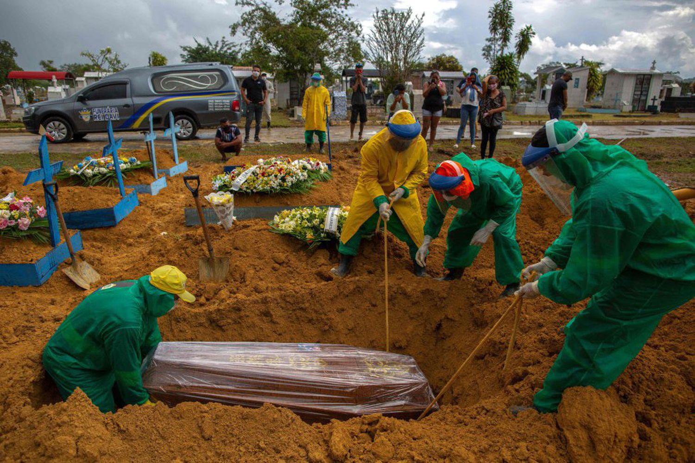 Entierro de una víctima de la covid en el cementerio de Manaos el 13 de enero.