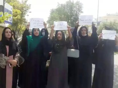 Un grupo de mujeres se manifiesta por sus derechos en Kabul el 17 de agosto. En vídeo, activistas y periodistas afganas piden auxilio a la comunidad internacional para salir del país.