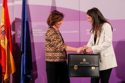 Carmen Calvo entrega la cartera de Igualdad a Irene Montero, el pasado 13 de enero.