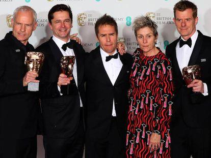 Martin McDonagh, Peter Czernin, Sam Rockwell y Graham Broadbent posan con Frances McDormand, tras recibir sus premios por 'Tres anuncios en las afueras'. En vídeo, el tráiler.